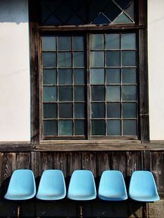 Beautiful shades of blue in the window. Wabi Sabi, Love Blue, Take A Seat, Windows And Doors, My Favorite Color, Shades Of Blue, Color Patterns, Color Inspiration, Decoration