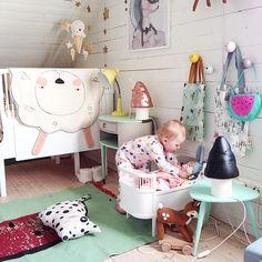 Such a colorful and creative room for kids! / Une chambre d'enfant coloré et créative!