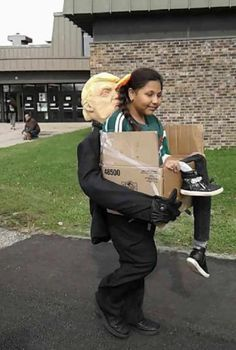 Getting deported by Trump Halloween costume – Odd Stuff Magazine Trump Halloween Costume, Halloween Outfits, Halloween Stuff, Images Gif, Funny Images, Funny Pictures, Funny Pranks, Wtf Funny, Funny Gifs