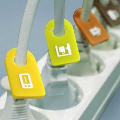 Ease yourself from identifying the bunch of cables plugged onto your extension boards with these smartly designed Kitchen Cable Organizer Plug Tags. Each set comprises of a set of six tags with spe…