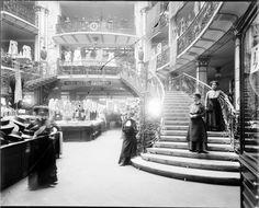 Wien 7, Mariahilferstraße 42-48  Der Glashof während der ´Weißen Woche´. Standort am Fuß des rechten Treppenlaufes mit Verkäuferinnen.1910.