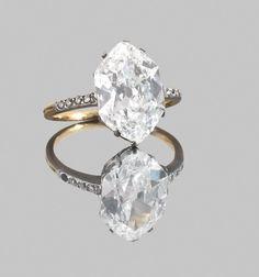 Bague ancienne en or et platine ornée d'un diamant hexagonal taille ancienne, pesant 3,91 cts.  La pierre est accompagnée de son certificat LFG attestant : couleur E, pureté VS2 (égrisures et témoin de brut).  Poids brut : 3,91 g