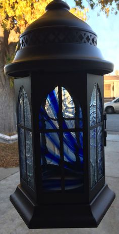 Lanterns with stained glass Lantern Lamp, Lanterns, Chalk Paint Projects, Stained Glass, Mosaic, Fire, Crafts, Painting, Manualidades