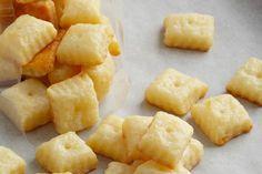 Nagyjából száz darab aprócska sajtkeksz készíthető az alábbi recept alapján. Még nem találkoztam olyan emberrel, aki fanyalgott volna kóstolgatás közben. A gyerekek imádják - könnyen, gyorsan összehozható gyerekzsúrokra -, a férfiak is szeretik, főleg, ha sör- és borkorcsolyaként tálaljuk. Ha nassolni támad kedvünk, inkább házi készítésű - mint bolti - sajtkekszet csipegessünk! Nincs túlsózva, nincs benne ízfokozó, tartósítószer, a legjobb frissen (el)fogyasztani. Tojásmentes recept…