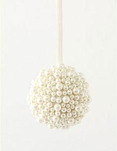 Simple and elegant – glue pearls to styrofoam! So pretty for winter decorations. Or winter birthday parties… Kittiyachavalit Barnes 🙂 Simple and elegant – glue pearls to styrofoam! So pretty… Noel Christmas, All Things Christmas, White Christmas, Christmas Ornaments, Christmas Projects, Christmas Wedding, Holiday Crafts, Holiday Fun, Do It Yourself Design