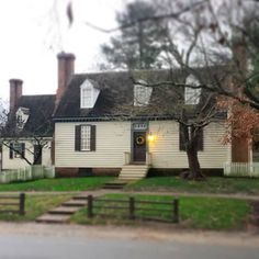 A view of the Bracken House and to the left of it the Bracken Kitchen  #colonialwilliamsburg #virginia #thedogstreetpatriot #loveva #brackenhouse #brackenkitchen #christmas #christmasinwilliamsburg by the_dog_street_patriot