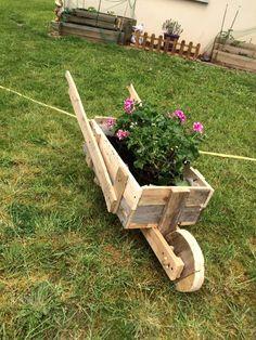 diy-pallet-wheelbarrow-planter.jpg (720×960)