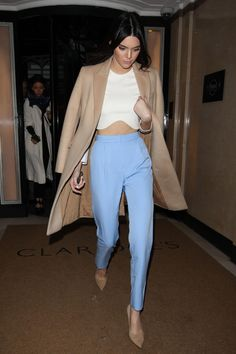 Kendall Jenner wearing white crop top, baby blue pants and camel coat. Blue Shirt Outfits, Blue Pants Outfit, Baby Blue Pants, Slacks Outfit, Baby Blue Shirt, Blazer Outfits Casual, Baby Blue Dresses, Classy Outfits, Cute Outfits