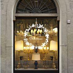 Décorez votre vitrine ou les murs de votre boutique avec cet élégante couronne de Noël.