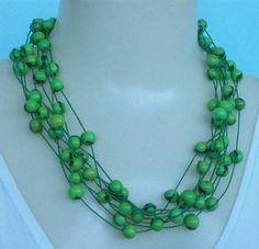 Maxi colar feito com sementes de açaí verde. R$ 8,00