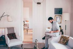 Erico Navazo, interiorista más que consagrado,nos recibió en su estudio y en su casa de Madrid, dos espacios muy diferentes y muy personales a la vez.