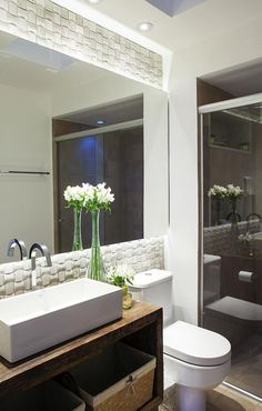 como decorar um banheiro - flores A decoração rústica com o vaso de lírios brancos ficou mais delicada.