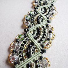 Micro macrame bracelet Beaded Sparkling Gold di MartaJewelry