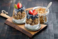Le petit-déjeuner au granola fait fureur. Non seulement parce qu'il est délicieux, mais aussi parce qu'il s'agit de l'un des déjeuners les plus sains, les plus nutritifs et les plus énergétiques que nous puissions avoir. Il convient à tout le monde et présente de nombreux avantages pour la santé.