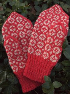 Estonian mittens Maasikaäitsmekiri = strawberry blossom pattern