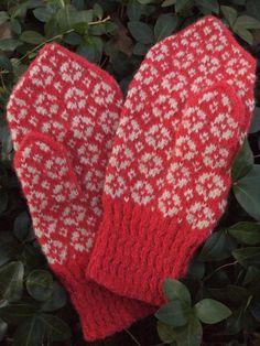 Estonian mittens Maasikaäitsmekiri = strawberry blossom pattern