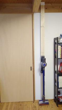 2×4版のツッパリ棒で壁に掃除機を設置 「WAKAI ディアウォール」を購入して天井と床を止めそこに掃除機を設置。 使い方によっては非常に拡張性をもっているこの商品を使えば賃貸でも気軽にDIYが楽しめそう。