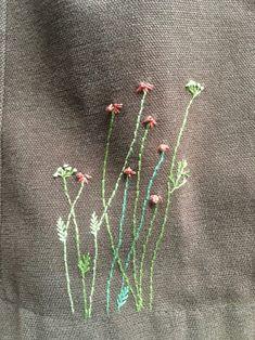 자수를 놓다보니 밋밋했던 옷이나 모자 한귀퉁이에까지 계절을 담아봅니다.야생화랑 솟대랑 여귀꽃들이 옷...