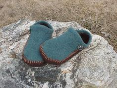 Use an easy crochet pattern like this one to make some comfortable crochet slippers. This pattern uses felt for a fun design for you and your friends. Felted Slippers Pattern, Knitted Slippers, Knitted Hats, Knitting Patterns, Sewing Patterns, Knitting Projects, Crochet Patterns, Felt Boots, Crocodile Stitch