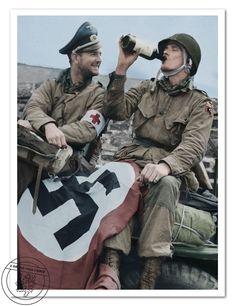 Poručíci Baudin a Lehman z 508. výsadkového pluku 82. výsadkové divize, oslavují  své osvobození po té, co byli Dne D zajati Němci. Francie, Picauville - Le Port Filiolet, červen 1944. After being captured by the Germans on D-Day,  Lieutenant Baudin and Lehman celebrate their liberation. 508th Paratrooper Infantry Regiment - 82nd Airborne Division.Picauville - Le Port Filiolet, France,July 1944.
