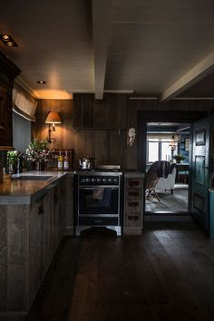 Rå vintage- estetikk i Stockholm - Interiørmagasinet Winter Cabin, Cozy Cabin, Cozy Cottage, Rustic Room, Rustic Kitchen, Log Cabin Kits, Mountain Cottage, Chalet Style, Getaway Cabins