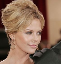 Vintage Hairstyles Updo charlize theron beehive bouffant updo hairstyle - reports that celebrities are paid serious amounts of cash to wear certain designers on Oscar night. But did you know some earn more than most? French Roll Hairstyle, My Hairstyle, Bride Hairstyles, Vintage Hairstyles, Pretty Hairstyles, Beehive Hairstyle, Charlize Theron, Mother Of The Bride Hair, Bouffant Hair