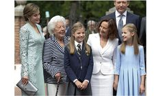 For her First Communion, Princess Sofia's grandparents King Juan Carlos and Queen Sofia were on hand, but in addition to the royals, the young princess, centre, had the support of mom Queen Letizia's family, too. Onetime news anchor Letizia's grandmother Menchu Álvarez del Valle (second from left), a former radio host, was in attendance, as was the queen's mom Paloma Rocasolano (second from right).<br><p>Photo by Fotonoticias/WireImage