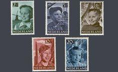 """De kinderpostzegels uit 1951 met de voorstelling """"Kinderen in een Nederlandse…"""