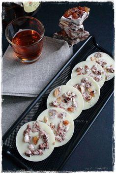 Mendiants al cioccolato bianco con torrone - Mendiants white with soft nougat, raisins and rum (Trufas De Chocolate Regalo)