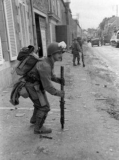 Soldados US en Coutances , Francia, 1944.