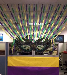 Halloween Office Decoration : 70 Creepy Cubical Ideas – Seasonal Decoration Ideas - To Have a Nice Day Mardi Gras Party Theme, Masquerade Party Decorations, Mardi Gras Centerpieces, Masquerade Theme, Mardi Gras Decorations, Cubicle Decorations, Office Birthday Decorations, Mardi Gras Float, Kitchen Decorations
