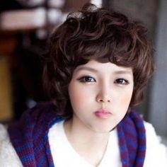 Capelli corti ricci per viso asiatico