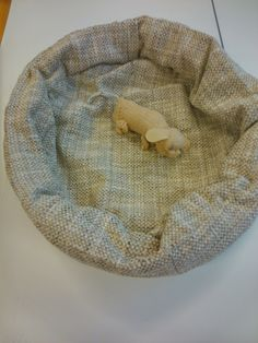 Fine dogbasked with a little knitted puppy. (Sadly alone, another time we make 10 ones and a mummy , of course.)