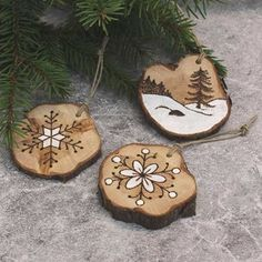 Julgranshängen i ene | pyrography christmas ornaments made from juniper wood slices  | christmas craft julpyssel