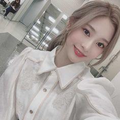 Uzzlang Girl, Japanese Girl Group, Kim Min, Girl Inspiration, Pretty Baby, First Photo, Korean Girl Groups, Kpop Girls, Yuri