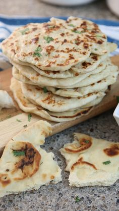 Learn how to make Garlic Naan Bread Recipe on the stove or in the oven. A delicious and easy Naan Bread to compliment your Indian dinner or to enjoy alone! Garlic Naan Bread Recipe, Recipes With Naan Bread, Naan Recipe, Garlic Butter, Ma Baker, Healthy Dinner Recipes, Cooking Recipes, Easy Indian Recipes, Galette