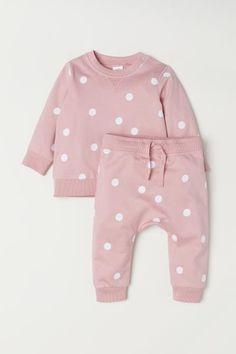 Sweatshirt ve Pantolon Sweatshirt und Hose – Hellrosa / Tupfen – KINDER Baby Outfits, Toddler Outfits, Kids Outfits, Stylish Outfits, H & M Baby, Baby Kids, Toddler Girl, Baby Girl Fashion, Fashion Kids