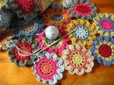 una bella sciarpa colorata in lana realizzata all'uncinetto.