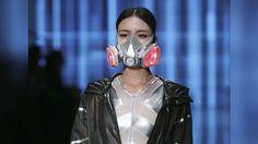 En la Semana de la Moda de China, un diseñador envió a las modelos por la pasarela con máscaras para esmog. http://www.expoknews.com/las-mascaras-contra-el-esmog-desfilaron-en-la-semana-de-la-moda-de-china/