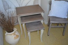 Ambiance shabby chic Patine bronze pour ces tables gigognes relookées