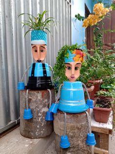 Plastic Bottle Planter, Plastic Bottle Flowers, Plastic Bottle Crafts, Plastic Pots, Recycle Plastic Bottles, Clay Pot Projects, Clay Pot Crafts, Cheap Christmas Crafts, Bleach Bottle