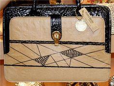 Pasta bordada e pintada à mão no saco de cimento e detalhe no couro ecológico