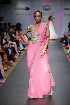 Anushree Reddy Lakme Fashion Week Sommerresort 2014 Wickeljacke Sari in Pink und Gold Saree Blouse Patterns, Sari Blouse Designs, Fancy Blouse Designs, Blouse Back Neck Designs, Indian Attire, Indian Outfits, Indian Wear, Mehndi, Sari Bluse