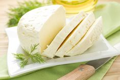Daily consumption of fatty cheese could be the key to a happy life, the latest scientific research has shown. Researchers at the University of Copenhagen have discovered that expending a lot of cheese is useful for heart health. Queso Cheddar, Queso Mozzarella, Queso Camembert, Queijo Cottage, Queso Panela, Sheep Cheese, Protein Rich Foods, Good Food, Yummy Food