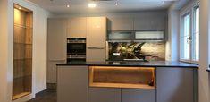 Zeitlose Kücke mit bedruckter Glasrückwand und Holzelementen. Kitchen Island, Kitchen Cabinets, Home Decor, Made To Measure Furniture, Custom Kitchens, Carpentry, Home Architect, Timber Wood, Homes