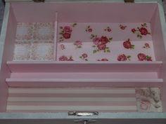 Caja decorada con chalk paint, decoupage y encaje de bolillo. Detalle del interior.