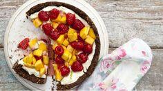 Lehký nepečený dort s mascarpone a ovocem vám bude zaručeně chutnat. A navíc není náročný na přípravu, takže je to ideální adept na nejoblíbenější moučník vaší rodiny:)