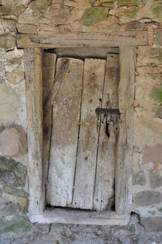 Bárcena Mayor - Cantabria Antique Doors, Old Doors, Old Windows, Windows And Doors, Entrance Doors, Doorway, Door Gate, Rustic Doors, Door Furniture