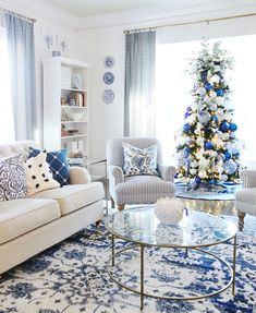 Getting a Blue and White Living Room Ready for Christmas - Thistlewood Farm - - Looking for a little blue and white Christmas decor? Here's how I decorated my living room in blue and white for the holiday season. Elegant Home Decor, Blue And White Living Room, Minimalist Living Room Decor, White Decor, Christmas Living Rooms, Blue Living Room Decor, Blue White Decor, First Apartment Decorating, White Christmas Decor