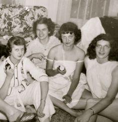 Pretty 1940's Sorority Sisters Slumber Party Snapshot Photograph - Free Shipping Vintage Photographs, Vintage Photos, Vintage Magazines, Sorority Sisters, Sorority Girls, Vintage Photography Women, Marilyn Monroe Gif, Vegas Showgirl, Lake Pictures